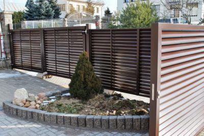 Коричневый штакетный забор