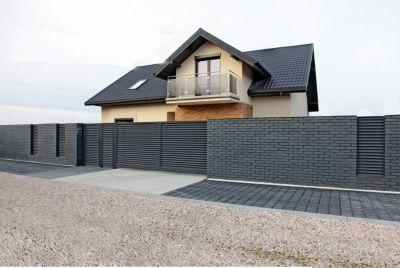 Серый горизонтальный металлический забор