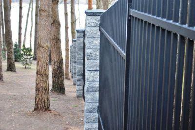 Забор из металлических трубочек